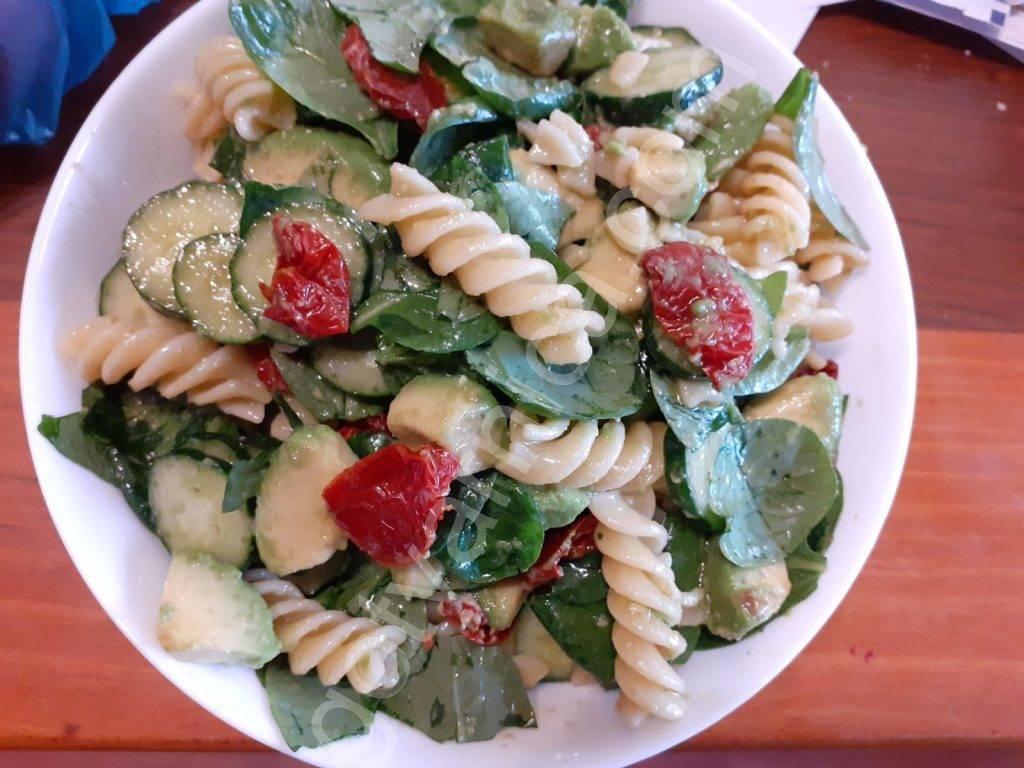 Salata-s-pasta-spanak-susheni-domati-avokado-krastavici
